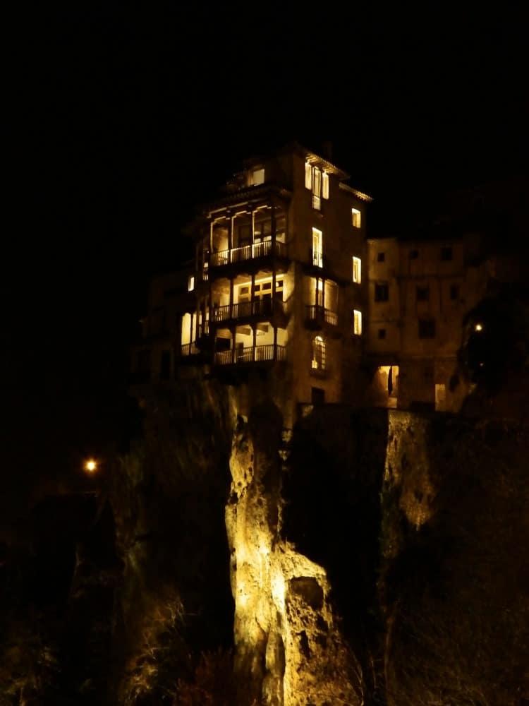 Encanto Nocturno con Casas Colgadas