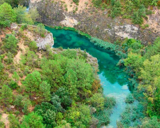 El Júcar, aguas transparentes y de color esmeralda