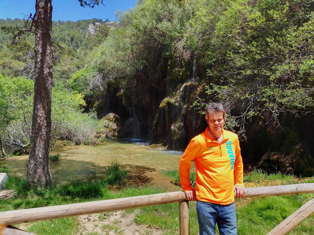 Nacimiento del Río Cuervo con el guía