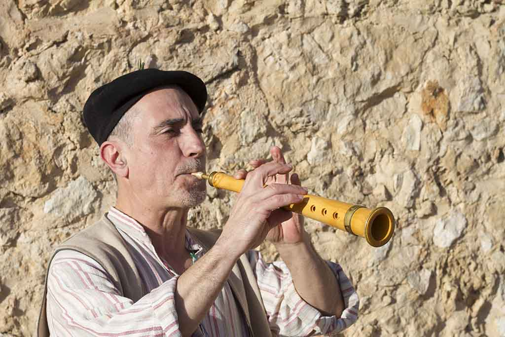 Jabibi tocando la dulzaina